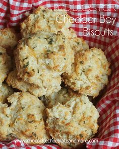 Red Lobster-esque Cheddar Bay Biscuits, perfection to team with hearty fall soups & stews! #copycat