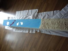 """Ikea Regal: Der untere Part ist mit Strukturpaste gespachtelt... alles mit Acrylfarbe bemalt. Die Strukturpaste habe ich erst mit Beige bearbeitet und anschließend mit kupferfarbenem Spray von der oberen Seite angesprüht um den 3D Effekt zu verstärken. Die Hawaii Buchstaben sind aus Holz und die Blüten aus Spiegel. Bis auf den Schank ist alles bei """"Idee"""" gekauft."""