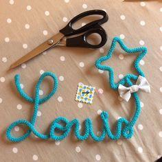 Création de prénom ou mot en laine en tricotin avec petit noeud papillon en tissu cousu main. Sur commande par Vanille et Vega