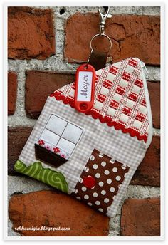 Hasil gambar untuk patchwork case for key House Quilts, Fabric Houses, Fabric Crafts, Sewing Crafts, Sewing Projects, Sewing Tutorials, Sewing Hacks, Felt Diy, Diy Wreath