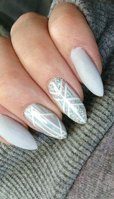 Srebrno holograficzne paznokcie  #reczniemalowane #paznokcie #lunaslupsk #mani #manicure #matte #matowe #paznokciehybrydowe #srebrne #neonail #manicurehyb #nails #nailart #geometricnails #holomanix #holografic #holograficzne