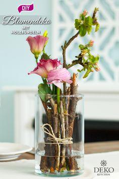 DIY: spring flower decoration with small bundles of wood- DIY: frühlingshafte Blumendeko mit kleinen Holzbündeln This pretty flower decoration you can quickly and … - Diy Birthday Cards For Dad, Grandpa Birthday Gifts, Happy Birthday Cards, Diy Birthday Decorations, Flower Decorations, Ikebana, Spring Flower Arrangements, Glass Vase, Creations