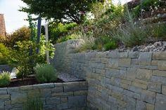 #Trockenmauer Rohrschacher Sandstein, Fugenklasse I - Verschiedene Höhen in der Bepflanzung sowie im Terrain entlang der Böschung geben dem Garten eine einmalige und interessante Struktur. / #Drystonewall #masonry