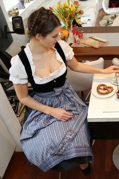 Oktoberfest Outfit, Drindl Dress, Beer Girl, Curvy Women Fashion, Traditional Dresses, Couture, Beautiful Dresses, Lady, Clothes For Women
