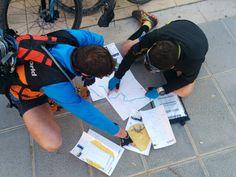 Participants del 3r Raid Ilercavó preparant l'estratègia. Organitzat per @lacameta a Ginestar (Ribera d'Ebre) 14aCopa Catalana de Raids dEsports de Muntanya de la @feec_cat  #RaidIlercavó #Ginestar #RiberadEbre #TerresdelEbre #RaidEsportsMuntanya #RaidAventura  #caiac #trail #cursaorientacio #btt #rapel #espeleologia #espeleo  #vidaactiva #esportur #esportour #EsporTourEbre #ebreactiu