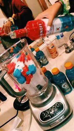 p i n t e r e s t gianna benthe★ - Cocteles Bebidas Liquor Drinks, Alcoholic Drinks, Beverages, Slushy Alcohol Drinks, Mixed Drinks Alcohol, Party Drinks, Cocktail Drinks, Alcohol Aesthetic, Alcohol Drink Recipes