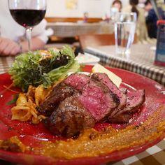 . 牛肉グリルにワイン🍖🍷. . 無敵のコラボ(*´ω`*)🎶. . 美味しかった~🎶. . 二件目なのに 二人でワインのボトルもペロリ🍷. おかわりください🙋✨. . #ステーキ#グリル#牛肉#ワイン#バル#東京#夕食#レストラン#食べスタグラム#肉#meat#chicken#roppongi#food#foodpic#foodporn#restaurant#followme