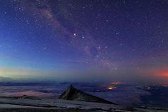 ボルネオ島、マレーシア領北部の東南アジア最高峰、キナバル山上空にたなびく天の川     天之川...銀河呀