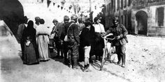 Risalgono in disordine e senza speranza le valli. Soldati italiani a Conegliano libera. (1918)