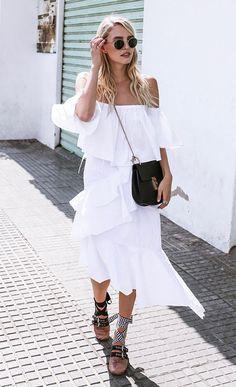 Street style look com vestido branco.