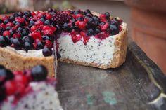 Na závěr ozdobíme lesním ovocem a můžeme se nechat unášet lahodnou chutí tohoto koláčku.