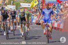 El francés Nacer Bouhanni del equipo FDJ.fr obtuvo la victoria de la segunda etapa al sprint. — en San Fernando (Cádiz).