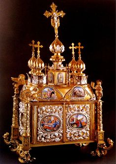 Дарохранительница. Москва, 1725-1750. Серебро, эмаль, позолота, чеканка.