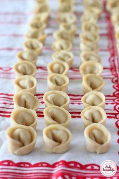 Uszka z mięsem z rosołu czyli gotuj sprytnie - Lady housewife Russian Dishes, Polish Recipes, Polish Food, Dumplings, Side Dishes, Food And Drink, Cooking Recipes, Yummy Food, Homemade
