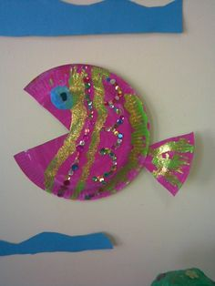 Easy and quick fish made from paper plates. Fish Paper Craft, Tissue Paper Crafts, Paper Plate Crafts, Paper Crafts For Kids, Arts And Crafts, Paper Plates, Sea Murals, Bubble Guppies Party, Paper Collage Art