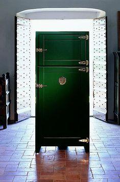 London Vintage Refrigerator in Portobellostreet. Paint Refrigerator, Painted Fridge, Refrigerator Wraps, Vintage Fridge, Vintage Refrigerator, Vintage Kitchen, Man Cave Fridges, Zinc Countertops, Vintage London