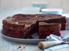 Zutaten für ca. 16 Stücke:    200 g + 150 g Zartbitter-Schokolade  etwas + 200 g weiche Butter  etwas + 100 g Mehl  Salz  325 g brauner...