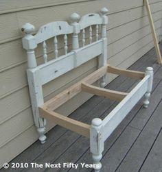 Interieurideeën | Maak van een hoofd- en voeteneind een prachtig bankje voor op je terras.