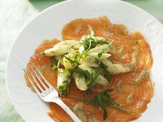 Ein Carpaccio lässt sich gut mit Spargel veredeln. Carpaccio vom Lachs mit Spargelsalat und Rucola - smarter - Zeit: 45 Min. | eatsmarter.de
