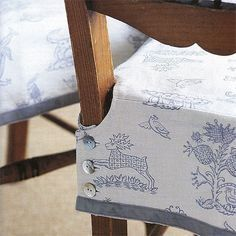 to make a buttoned chair cover Removable kitchen chair slipcovers.love these because they won't keep falling on the floor!love these because they won't keep falling on the floor! Sewing Hacks, Sewing Tutorials, Sewing Patterns, Fabric Crafts, Sewing Crafts, Sewing Projects, Kitchen Chair Covers, Dining Chair Seat Covers, Chair Cushion Covers