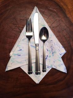 Dress up some plain white dinner napkins with a fun marbled effect. MATERIALS: -Acrylic Paints -Fabric Medium -White Cotton Dinner Napkins -Shaving Cream -A mix…