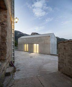 位於西班牙用做醫療用途的房子,傳達穩定、平靜的氛圍更加重要了,從白與灰色的簡單色彩中沉澱心靈,而多餘的感受都留在自然風景變化上,突然間視野就開闊了起來! pic via Vora Architects