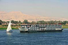 Cruzeiros a bordo de navios de luxo pelas águas do rio Nilo são ótimas opções para observar belas paisagens e conhecer sítios históricos do Egito