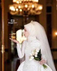 """2,534 Beğenme, 3 Yorum - Instagram'da Duygu Dem (@demduygu): """"Tuğçe  muharrem bu güzelliğide buraya bırakalım maşallah diyerek  şahane türban tasarım ve…"""" Muslim Wedding Gown, Muslimah Wedding Dress, Muslim Wedding Dresses, Muslim Brides, Wedding Hijab, Wedding Poses, Chic Wedding, Wedding Styles, Bridal Hijab"""