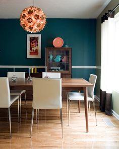 table salle à manger en bois et peinture murale bleu pétrole