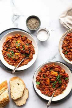 This Ground Turkey Sweet Potato Chili is SUPER easy, healthy and filling! A naturally gluten free, paleo and meal that freezes great too! Best Gluten Free Recipes, Paleo Recipes Easy, Whole 30 Recipes, Chili Recipes, Clean Eating Recipes, Paleo Meals, Healthy Dinners, Turkey Sweet Potato Chili, Chili Ingredients