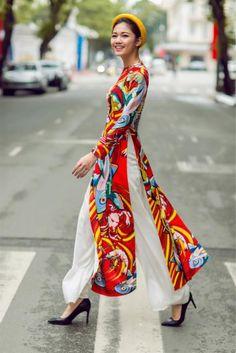 Hoa hậu Mỹ Linh diện áo dài xuống phố xuân