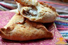 Для теста нам понадобится: 600 г обычной муки; 2 средних куриных яйца; 70 г сливочного масла; 100 мл любого растительного масла; 50 мл кипятка; соль, сахар и разрыхлитель – по 1 чайной ложке. Для начинки возьмём: 700 г куриного филе (можно просто мякоть); 4 крупные луковицы; соль и молотый чёрный перец Источник: http://recept-menu.ru/samsa-s-kuricej/ Еще больше статей на ©http://recept-menu.ru/
