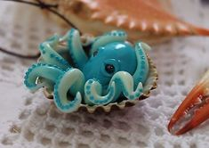 Octopus inside a seashell / pendant necklace jewelry / handmade polymer clay - Crafts Are Fun Fimo Polymer Clay, Polymer Clay Sculptures, Polymer Clay Animals, Polymer Clay Projects, Polymer Clay Creations, Sculpture Clay, Handmade Polymer Clay, Polymer Clay Jewelry, Clay Crafts