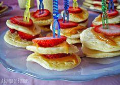 mini pancakes with caramel & strawberries