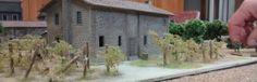 06: Ein wenig Toscana hat auch den Weg in die Normandie gefunden. Häuser kann man im Prinzip nie genug besitzen und bei diesem Spiel hätte man gerne noch ein paar Häuser mehr aufgestellt. Das Steinhaus aus der Toscana macht sich sehr gut. Zwei Exemplare davon sind auf der Spielplatte im Einsatz.