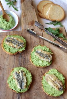crostini di acciughe con pesto di rucola Party Finger Foods, Finger Food Appetizers, Best Appetizers, Appetizer Recipes, Antipasto, Tapas, Food Tasting, Appetisers, Eat Smarter