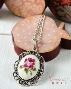 Bir tane daha çiçek motifli etamin kolye  Just one more cross- stitched…