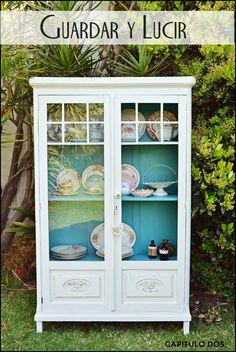 Vitrina vajillero engalanada con colores de primavera! Exterior blanco antiguo, interior turquesa intenso. Para guardar tu vajilla,...