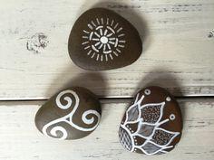 He encontrado este interesante anuncio de Etsy en https://www.etsy.com/es/listing/214987930/hand-painted-rocks-flower-mandala-swirl