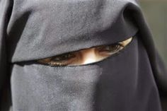 Arábia Saudita: Adolescente chama a polícia após descobrir que seu marido tinha 90 anos e não 20 como disse seu pai