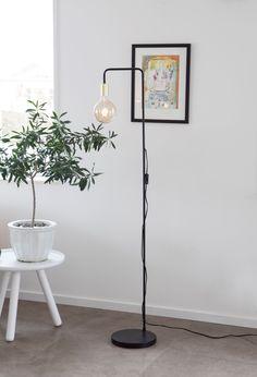 Simple and sleek living floor lamp in black metal with brass details. Scandinavian Floor Lamps, Floor Plants, Eclectic Modern, Modern Traditional, Rustic Industrial, Home Lighting, Lighting Ideas, Planting Flowers, Indoor