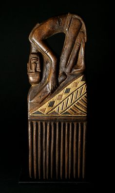 Mahongwé comb with kneeling man/Peigne Mahongwé à l'homme agenouillé Afro Comb, Decorative Hair Combs, Afrique Art, Tribal Hair, Adinkra Symbols, Art Premier, Art Carved, Soul Art, Historical Art