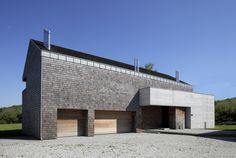 Image 1 of 10 from gallery of Concrete and Cedar Lath Villa / Biuro Architektoniczne Barycz & Saramowicz. Courtesy of Biuro Architektoniczne Barycz & Saramowicz