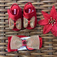 Quase uma jóia, de tão precioso!   - Sandália laço de strass Roana (somente tamanho 2);   - Faixa na meia de seda com laço de strass da 1+1.