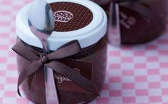 Uma ideia que ainda é muito usada como lembrancinha para as festas de 15 são esses potinhos de brigadeiro!! adoro