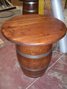 1061 - Tavolino a fungo h.90 cm con supporto da botte usata da 100 litri e piano d.78 cm. Verniciato color noce a 2 mani, lucido lavabile.