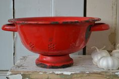 Rood emaille vergiet (red enamel strainer) www.blossombrocante.nl