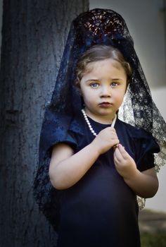 Girl by Marta Everest.  Mantilla y peineta española