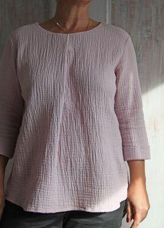 Das Blusenshirt Kim_B ist genauso easy zu tragen, wie es genäht wird. Es läßt sich sehr gut kombinieren und kann aus Jersey oder Webware genäht werden. Außerdem enthält das Schnittmuster mehrere Nähvarianten und ist auch noch ideal für Anfänger.