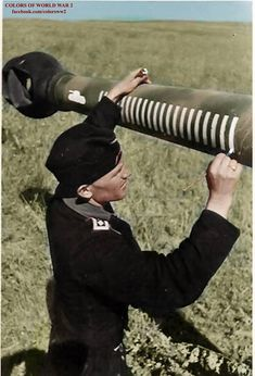 Crew man painting kill mark on the 12.8cm barrel of a Sturer Emil tank destroyer
